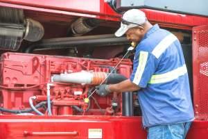 Osoba z uprawnieniami UDT do konserwacji urządzeń UDT może samodzielnie naprawiać podesty ruchome, dźwigi, wózki widłowe lub inne urządzenia